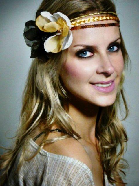 Penteados para Festa Havaiana cabelo solto com tiara de flores