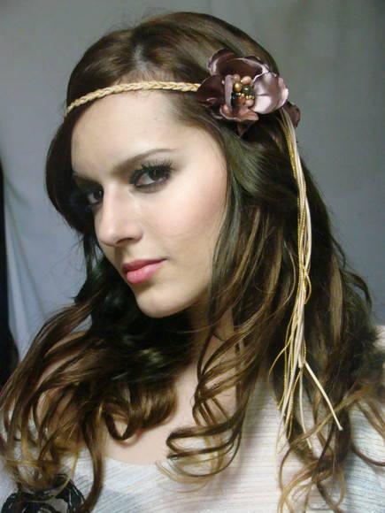 Penteados para Festa Havaiana cabelo solto com tiara de flor marrom