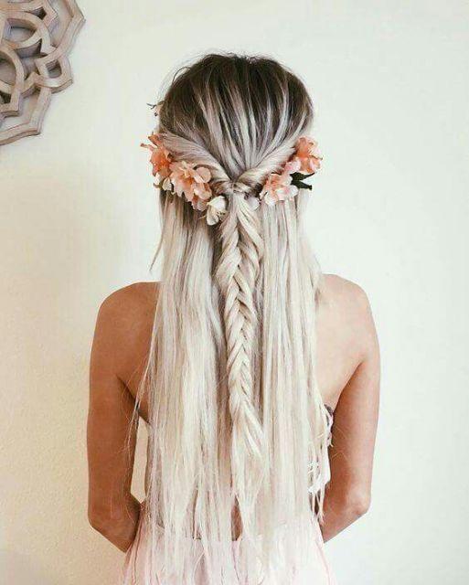 Penteados para Festa Havaiana cabelo solto com trança atrás e flores