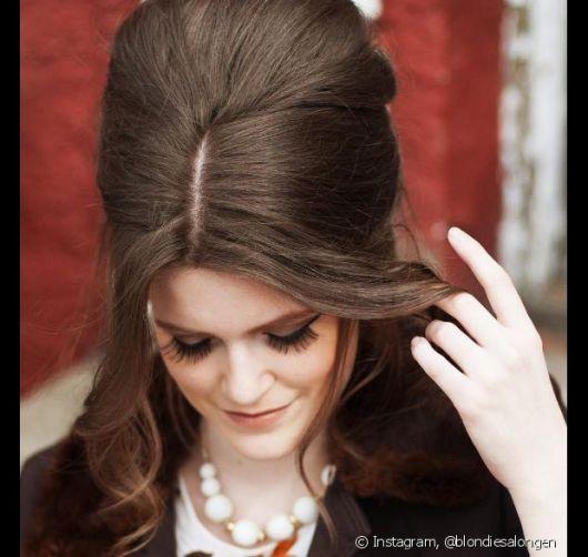 Penteados para Festa anos 60 com volume no topo e franja solta