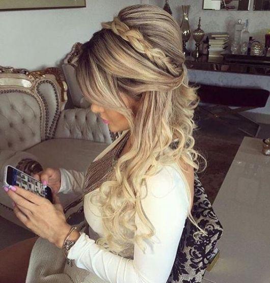 Penteados para Festa cabelo longo loiro com tiara de trança