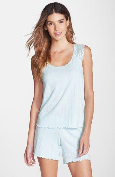 Modelo usa pijama feminino azul liso de regata.
