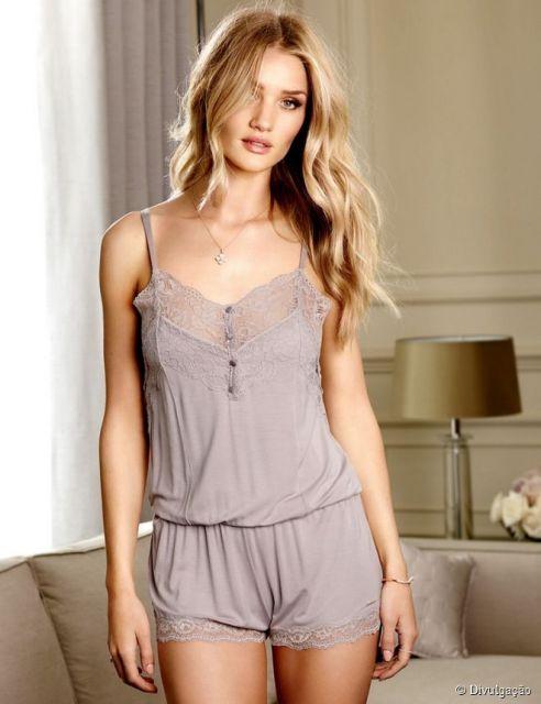 Modelo usa pijama de alcinha com renda na cor nude.
