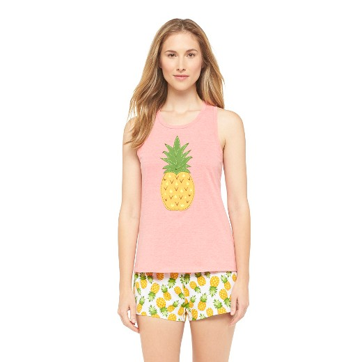 Modelo usa pijama feminino com estampa de abacaxi.