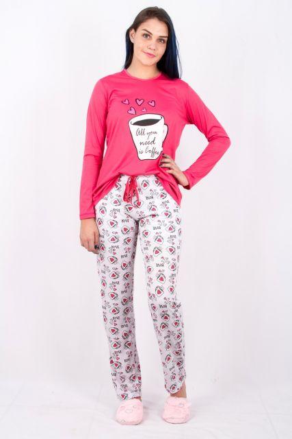 Modelo usa pijama rosa estampado com calça branca.
