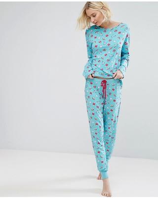 Modelo usa pijama estampado azul claro.