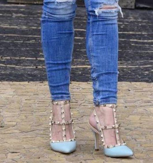 scarpin com spikes com tiras e calça jeans