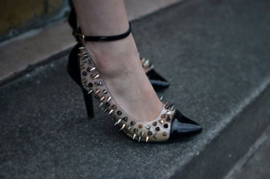 scarpin com spikes super fashion