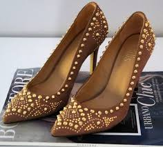 scarpin com spikes marrom e dourado