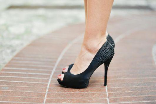 scarpin com spikes peep toe preto
