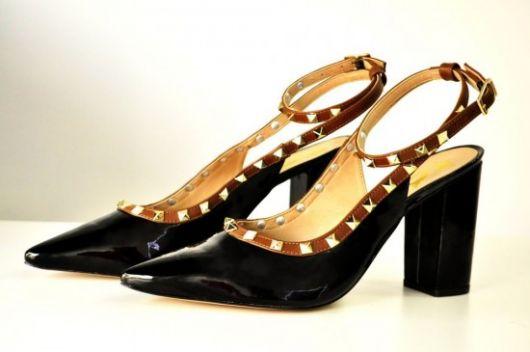 scarpin com spikes dourados em sapato preto
