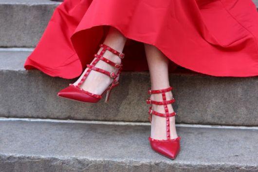 scarpin com spikes vermelho