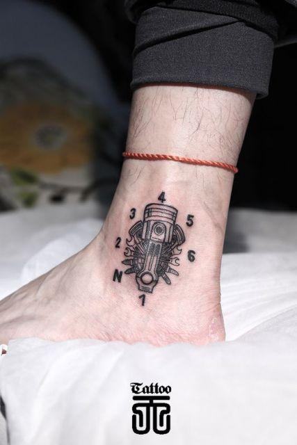 Tatuagem do motor de uma moto feito no calcanhar.