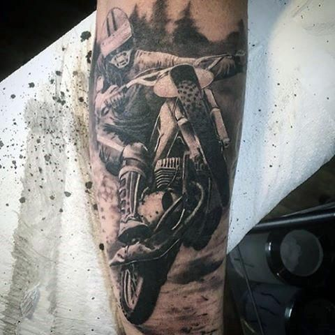 Tatuagem de motocross realista com o desenho de um atleta de motocross empinando sua moto.