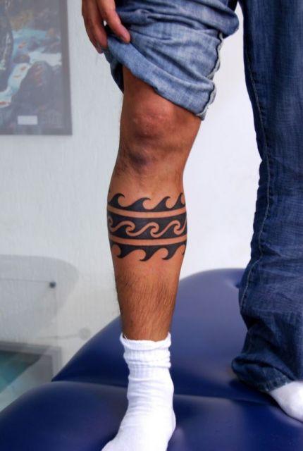 Tatuagem em estilo maori em três camadas de linhas: na inferior e superior há ondas em direção opostas preenchidas de preto e na camada entre eles há ondas formadas a partir da área de preto não preenchida.
