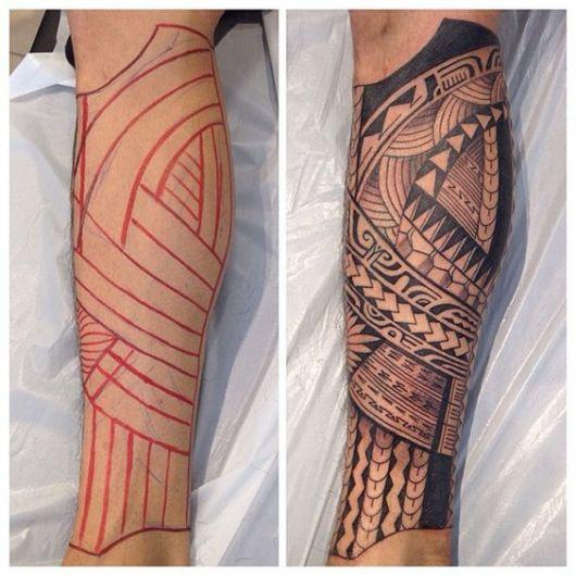 Duas fotos da perna de um homem. Na primeira, há o esboço de uma tatuagem maori cobrindo toda a região abaixo do joelho e na outra ela está concluída.