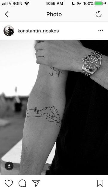 Tatuagem no antebraço de um homem feita a partir de linhas minimalista. Uma linha forma o mar, outra acima forma a terra com árvore e outra forma as montanhas.