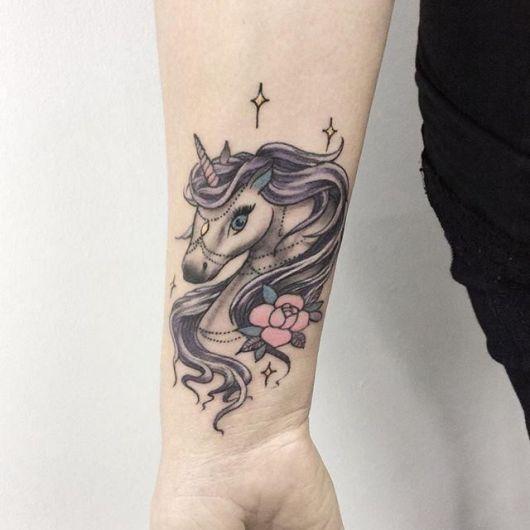 Tatuagem unicórnio preta.