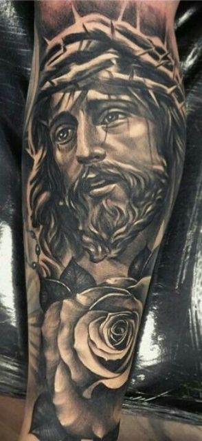 Tatuagem do rosto de Jesus com expressão de sofrimento e a coroa de espinhos em sua cabeça.