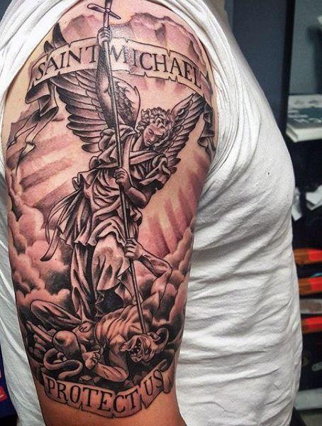 Tatuagem de São Miguel matando um demônio com uma lança feita na parte superior do braço.