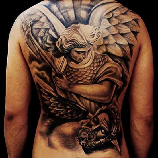 Tatuagem cobrindo as costas de um homem com o desenho de um anjo colocando uma lança na cabeça de um homem.