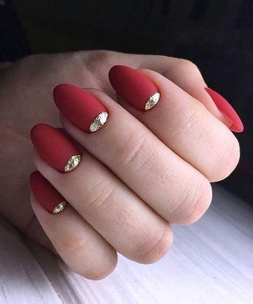 unha vermelha com dourado
