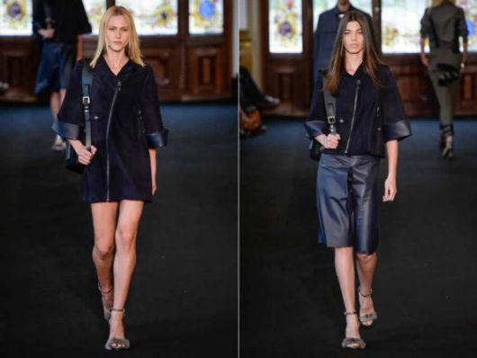 Modelos usam saia preta com blusa na mesma cor e mochila de couro feminina.