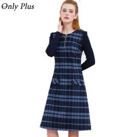 Modelo usa vestido xadrez azul com manga longa.