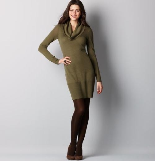 Modelo usa vestido verde com gola boba e meia fio 30 com sapato social.