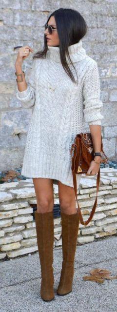 Modelo veste vestido baranco de lã, bolsa tiracolo marrom e botas caramelo.