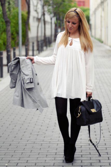 Modelo veste vestido branco de lã com meia preta e sapato preto.