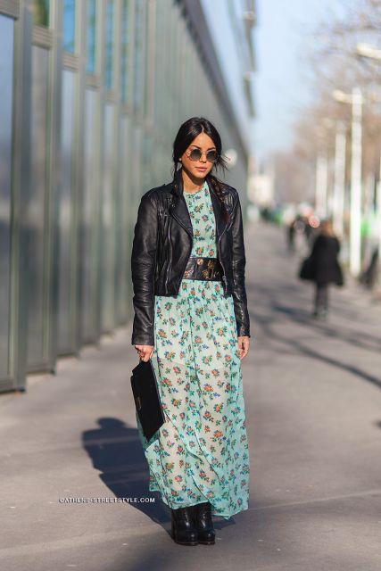 Modelo usa vestido floral azul claro com jaquetinha de couro preta.