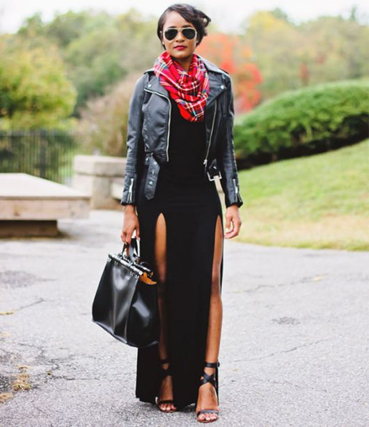 Modelo usa vestido longo preto, bandana e jaqueta de couro.