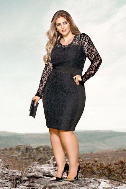 Modelo usa vestido de renda preto.