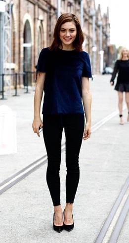 look calça preta com blusa azul