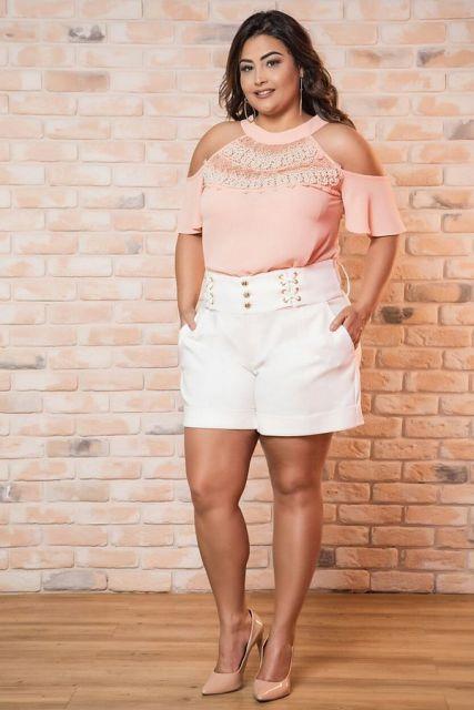 Modelo usa short branco, com blusa rosa ciganinha e sandalia.