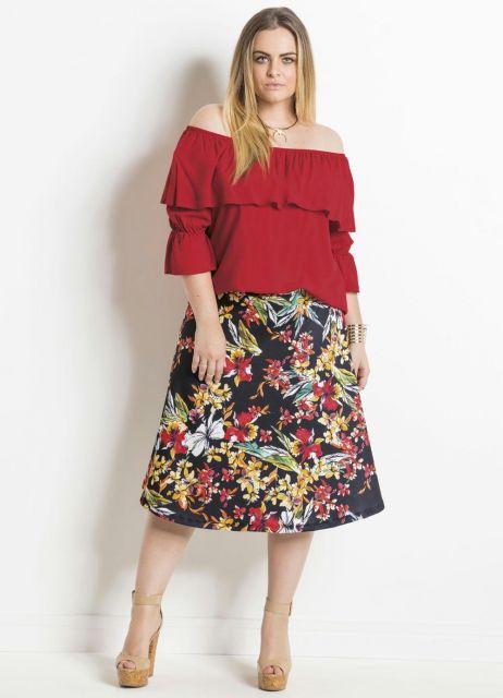 Modelo usa saia midi estampada flora, blusa ciganinha meia manga e sapato caramelo.