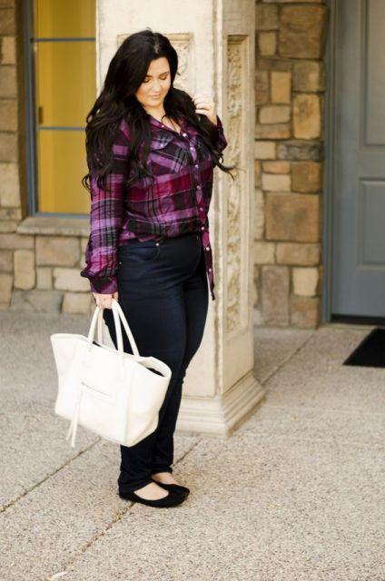 Modelo veste calça jeans escura, blusinha xadrez e bolsa branca com sapatilha preta.