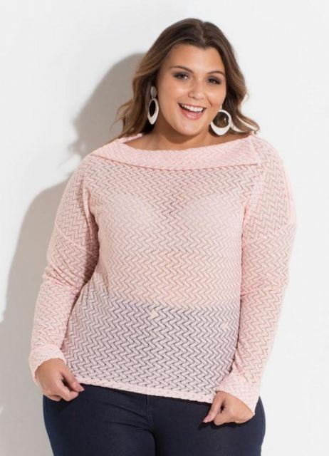 Modelo vete calça preta e blusa rosa manga longa de inverno.