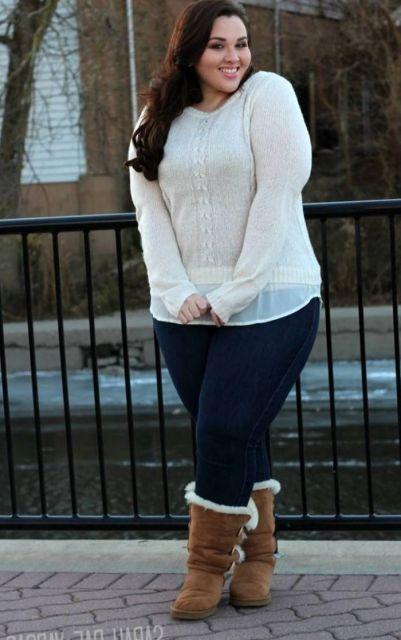 Modelo veste blusa branca, bota de inverno e calça jeans azul.