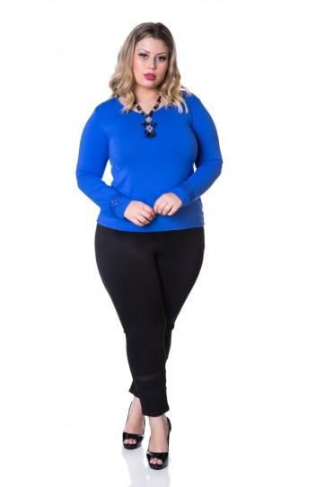 Modelo veste calça preta com blusa azul bic.
