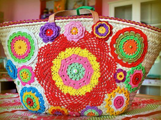 modelo de bolsa de palha com folhas coloridas em croche.