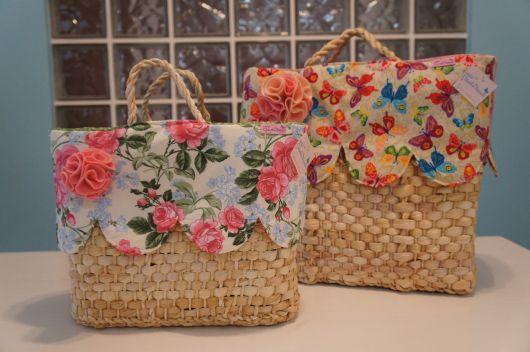 Modelo de bolsa de palha com tecido floral.