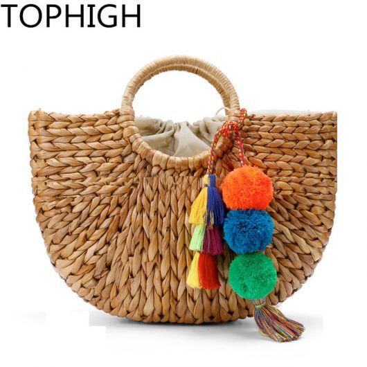 Modelo de bolsa de palha com pompom colorido.