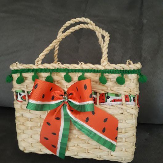 modelo de bolsa pequena de palha com laço de melancia.