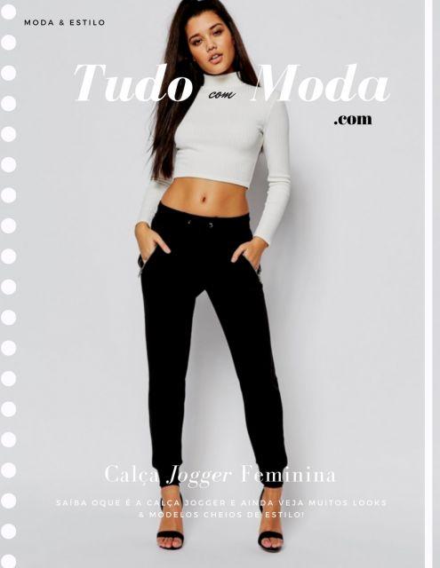 Modelo usa calça preta com cropped branco e sandalia preta.