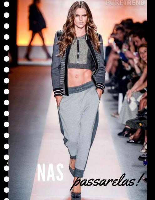 Modelo usa calça jogger cinza de moletom com cropped.