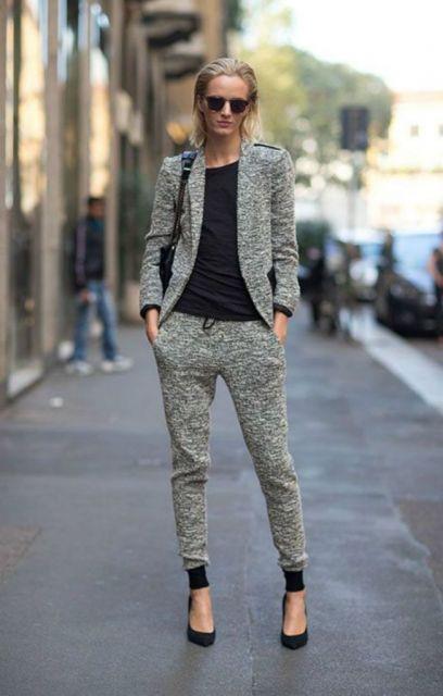 Modelo usa calça jogger moletom , blusa preta e blazer.