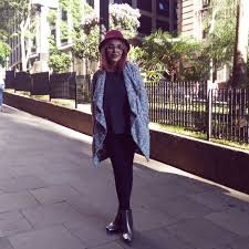 chapéu-coco com legging preta