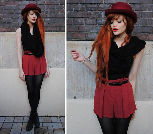 chapéu-coco com saia curta vermelha